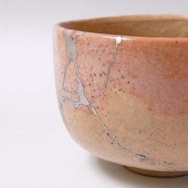 source: https://freshidees.com/diy/kintsugi-l-art-japonais-de-reparer-ceramique-brisee-avec-de-l-or/